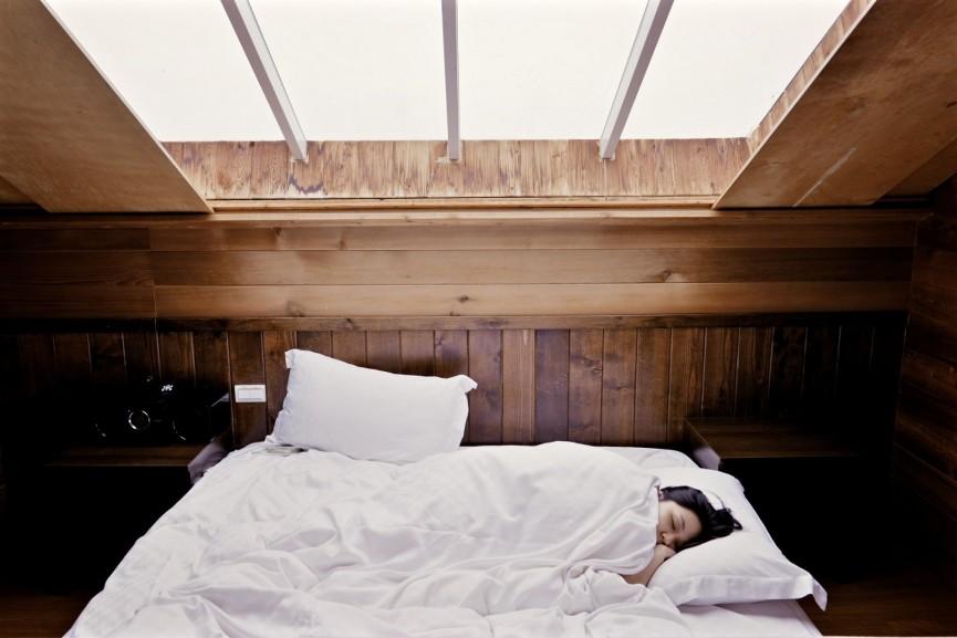 Jaki wpływ ma pozycja snu na wybór materaca – pozycja boczna